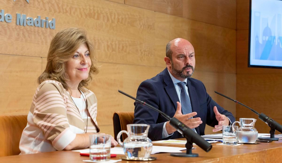 Pedro Manuel Rollán Ojeda (derecha) y la consejera de Economía, Engracia Hidalgo en rueda de prensa.