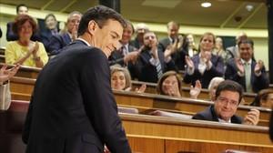 Pedro Sánchez es aplaudido por sus diputados en el debate de investidura, el pasado viernes.