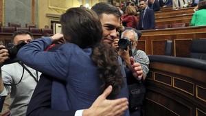 Pedro Sánchez yPablo Iglesias fundidos en un abrazo en el hemiciclo del Congreso, tras el debate de la moción de censura.