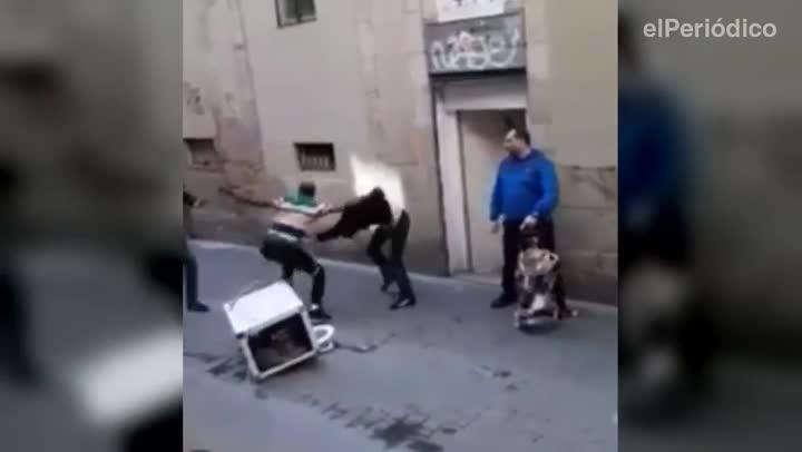 Pelea entre usuarios del narcopiso de la calle de Cardona.