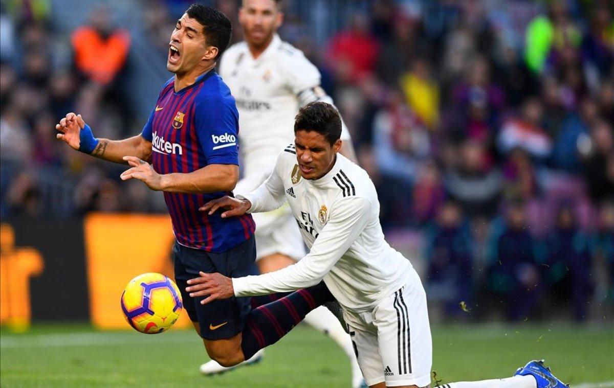 El penalti de Varane a Suárez en el Camp Nou, la primera decisión tomada por el VAR en un clásico.