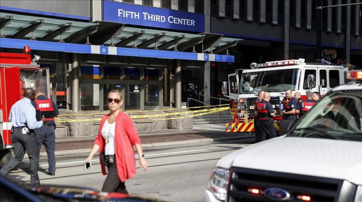 Personal de emergencias y policíaante el edificio en el que ha tenido lugar el tiroteo.