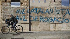 Pintadas contra la Academia Valenciana de la Llengua, en València.