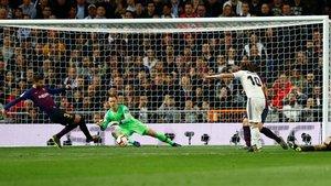 Piqué frustra el disparo peligroso de Modric justo antes del 0-1 de Rakitic.