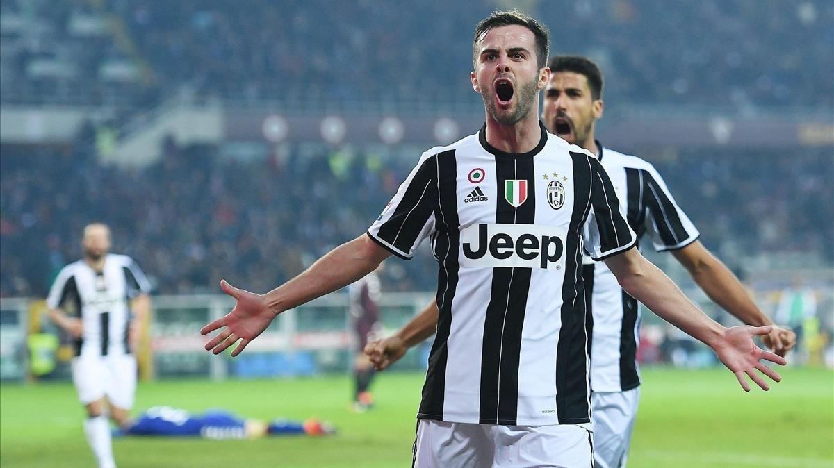Pjanic, durante un partido con la Juventus.