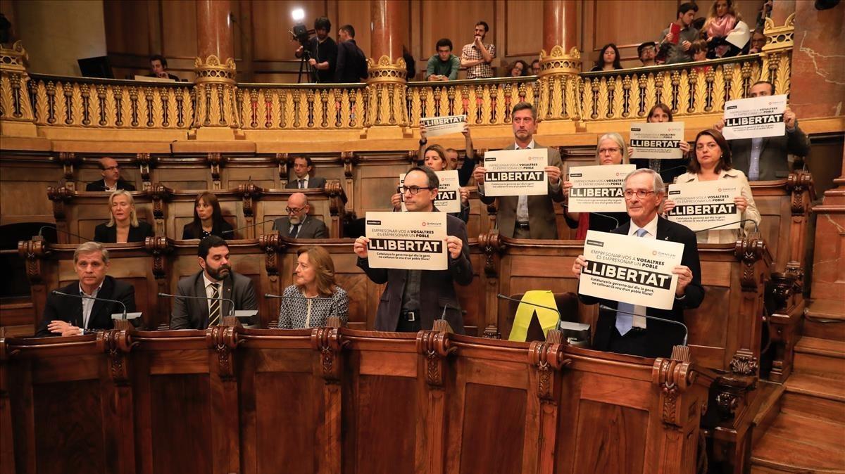 Pleno extraordinario de Barcelona por el encarcelamiento de los 'exconsellers' con el antiguo escaño de Joaquim Forn vacío, este viernes.