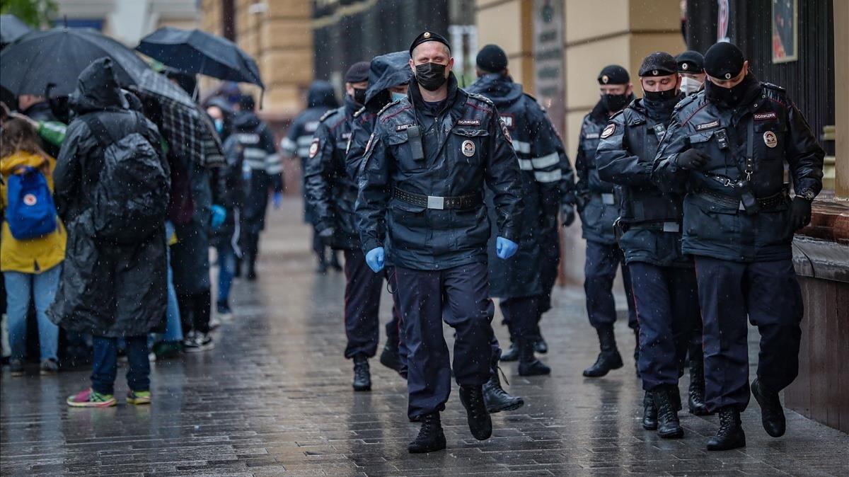 Policías rusos durante un acto en apoyo del periodista Ilyá Azar, arrestado y condenado a prisión.