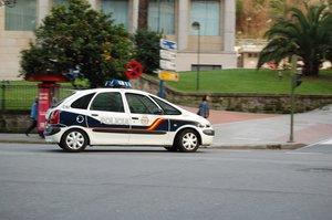 Un taxista porta a una clienta begut, drogat i amb el mòbil a 125 km/h per Vigo