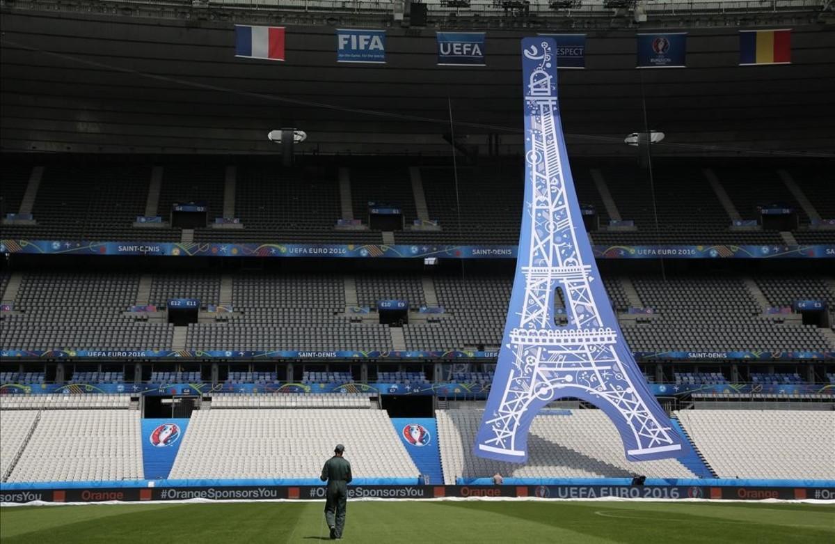 Preparativos para la ceremonia de apertura de la Eurocopa 2016 en el Estadio de Francia en Saint-Denis.