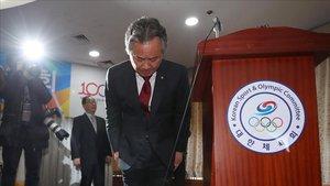 El presidente del comité olímpico surcoreano, Lee Kee-heung, pide disculpas por los casos de abusos físicos y sexuales desvelados en su país.