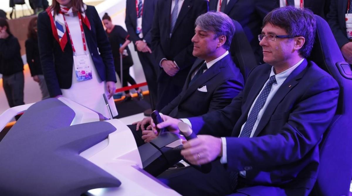 El presidente de la Generalitat, Carles Puigdemont, junto al presidente de Seat, Luca de Meo, en una demostración en el Mobile.