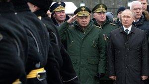 El presidente de Rusia, Vladimir Putin, preside, junto al ministro de Defensa, Sergei Shoigu, una ceremonia militar este domingo en la localidad rusa dePskov.