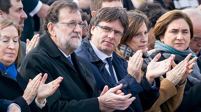 Rajoy y Puigdemont coinciden por primera vez en el homenaje a las víctimas del accidente de German Wings.