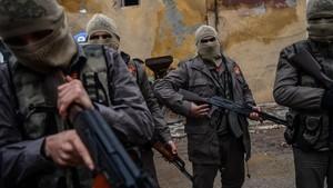 Rebeldes sirios apoyados por Turquía en la operación contra las milicias kurdas en la ciudad siria de Azaz.