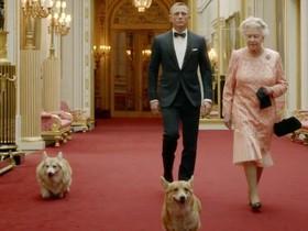 La reina Isabell II, con dos de sus perros en la campaña de los Juegos Olímpicos de Londres del 2012 junto al James Bond Daniel Craig.