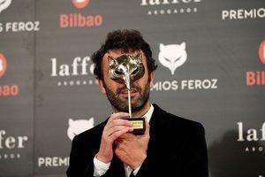El realizador Rodrigo Sorogoyen, con el premio a mejor dirección por El reino, durante la sexta edición de los Premios Feroz 2018, esta noche en el pabellón multiusos Bilbao Arena.