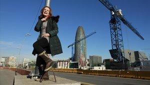 Mireia Ros posa ante las obras que cubren la plaza de les Glòries, un lugar cambiadísimo y lleno de edificios nuevos.