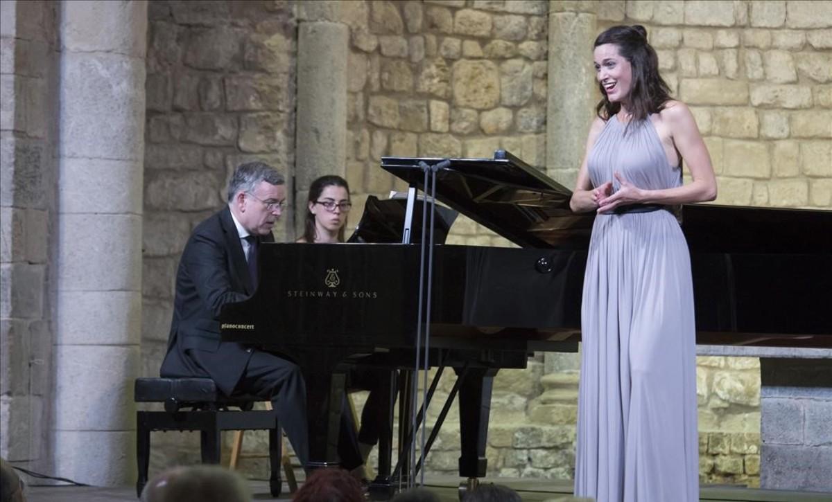 La soprano Kate Royal, acompañada al piano por Malcom Martineau, durante su actuación en la Schubertiada de Vilabertran, el 25 de agosto.