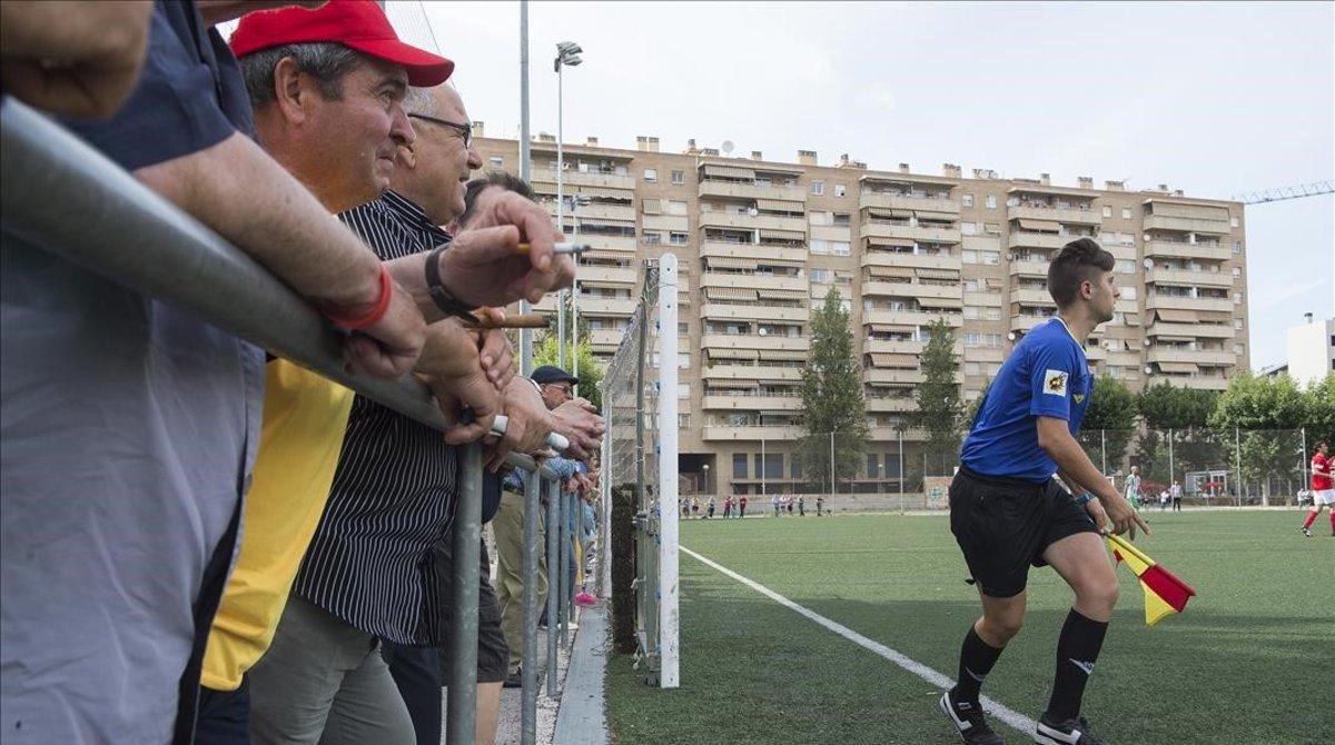 Grupo de aficionados en un partido en el Campo de la Energía