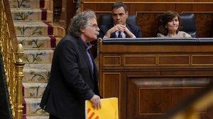 El portavoz de ERC, Joa Tardá, pasa delante de los escaños del presidente del Gobierno, Pedro Sánchez, y de la vicepresidenta, Carmen Calvo, en el debate sobre los Presupuestos.