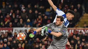 Casillas sale a por un balón junto a Pepe.