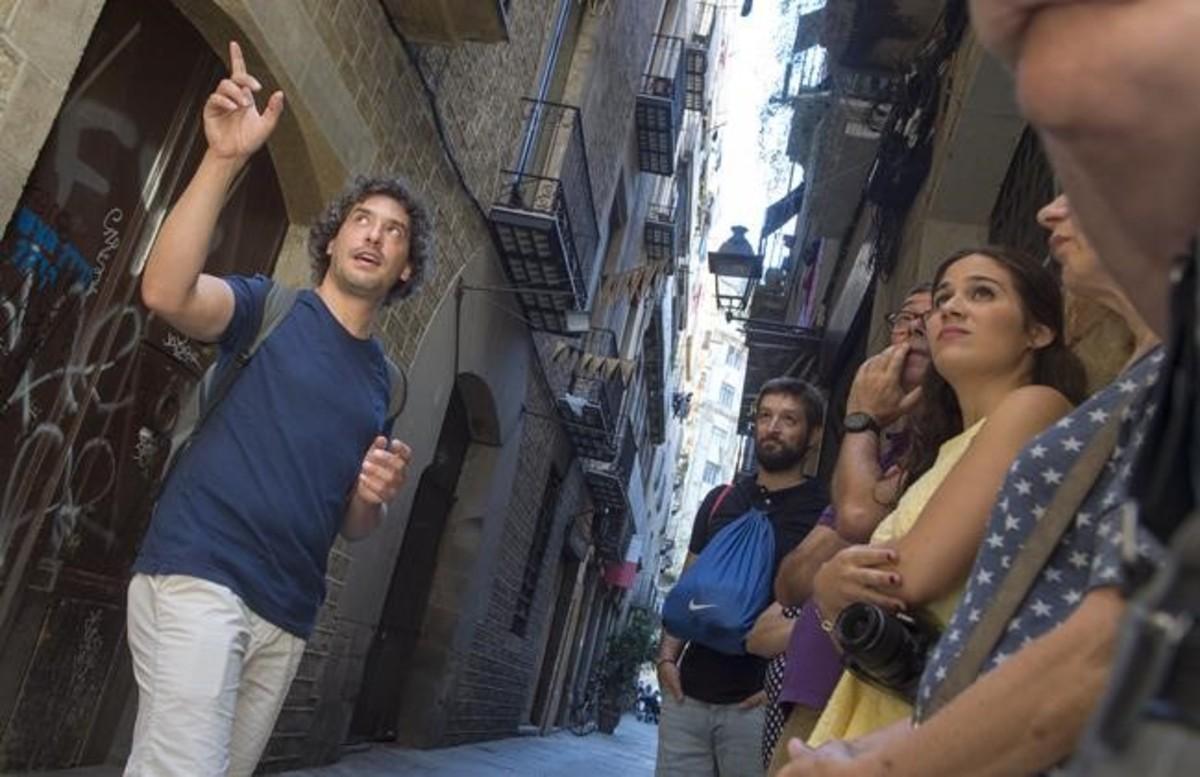 Mariano Pesin, de Órbita BCN, durante un paseo cultural y de denuncia de la gentrificación.