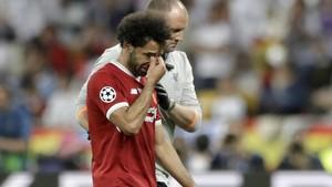 Salah se retira abatido del campo en la final de Kiev.