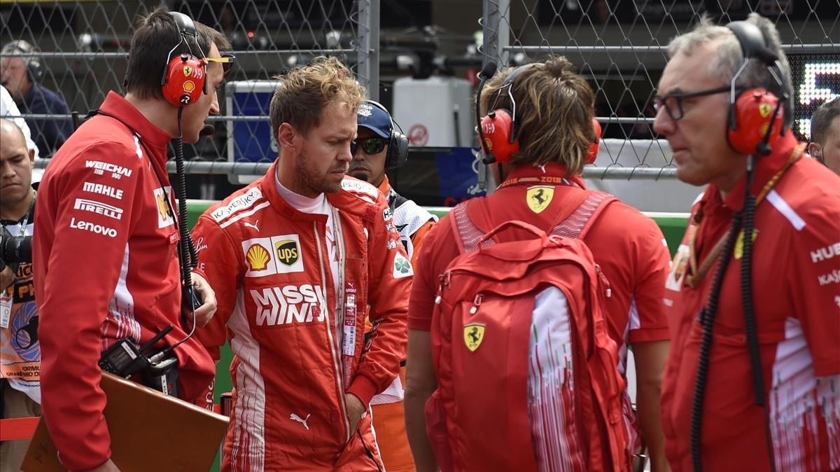 Sebastian Vettel, rodeado de técnicos de Ferrari tras el GP de México.