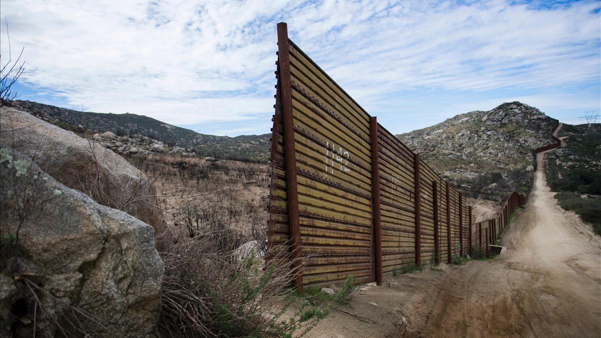 Sección de una barrera fronteriza en la frontera entre México y EEUU, en Tecate (California), el 14 de febrero del 2017.