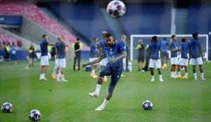 Neymar chuta un balón durante el último entrenamiento del PSG en Lisboa.
