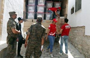 Soldados tunecinos vigilan la distribución de urnas electorales en Túnez.