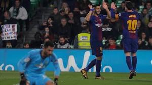 Suárez y Messi celebran uno de los goles al Betis ante el portero Adán.