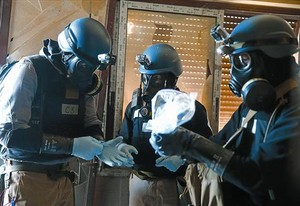 Supervisión 8 Unos inspectores examinan material en una zona atacada con armas químicas en Siria.