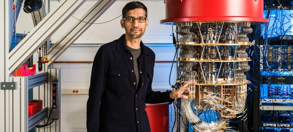 Sundar Pichai, CEO de Google, junto a uno de los ordenadores cuánticos de la compañía.