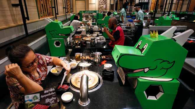 Els restaurants de Tailàndia asseguren la distància social amb ninots