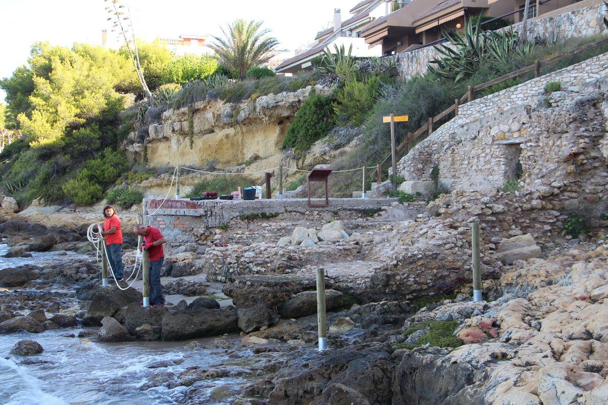 Técnicos municipales delimitan las termas romanas en la playa de Altafulla.