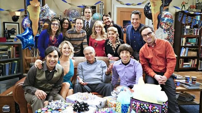 El veterano Adam West, en el centro de la foto, sentado, junto a los actores de la serie The Big Bang Theory.