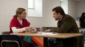 Elizabeth Banks y Russell Crowe, en una escena de la película Los próximos tres días.