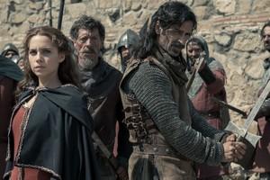 Aura Garrido y Nacho Fresneda, en una escena del capítulo dedicado a El Cid de El Ministerio del Tiempo.