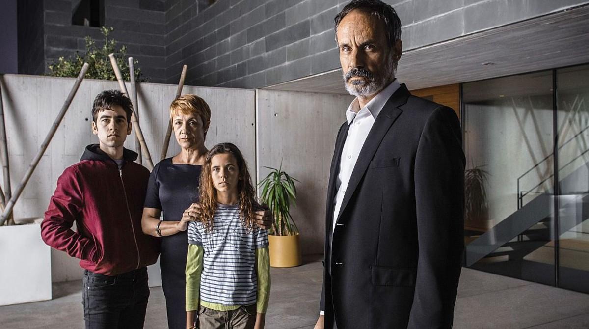 Francesc Garrido es Juan Elías en Sé quien eres, padre en la ficción de Àlex Monner y Noa Fontanals, con Blanca Portillo como su esposa, la jueza Alicia Castro.