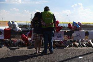 Ciudadanos ponen ofrendas en el lugar del tiroteo en El Paso, Texas.