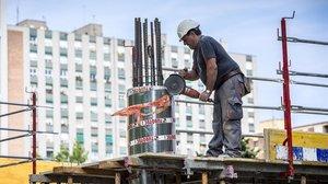 Un trabajador en una obra de Barcelona.