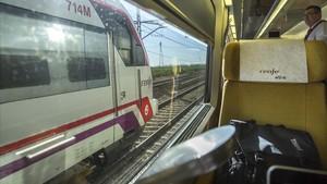 Un tren de cercanías adelanta al AVE en el que viajaba Rajoy, detenido por un problema técnico
