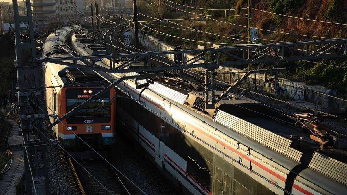 Trenes pasando por las vías que serán cubiertas en LHospitalet.