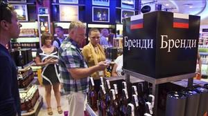 Turistes russos en una botiga de laeroport del Prat.