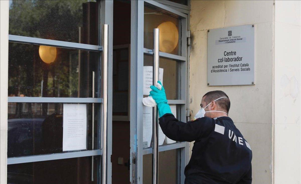 La UME desinfecta la residencia geriátrica Jericó en L'Hospitalet.