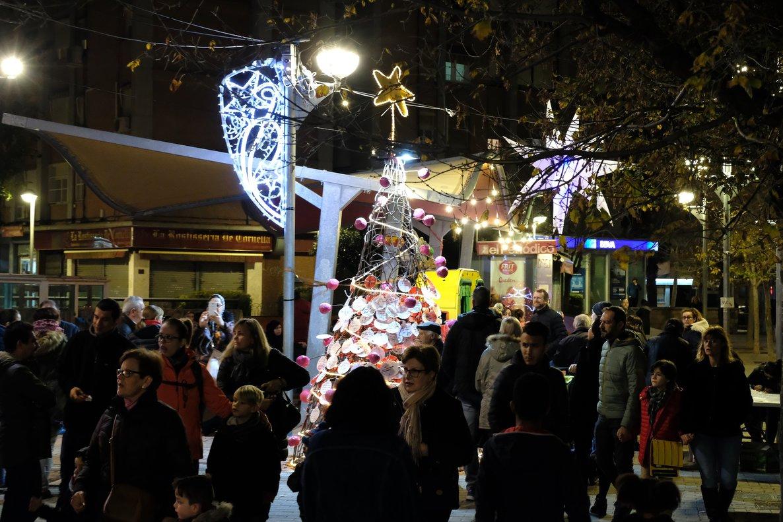Una calle de Cornellà de Llobregat con iluminación navideña.