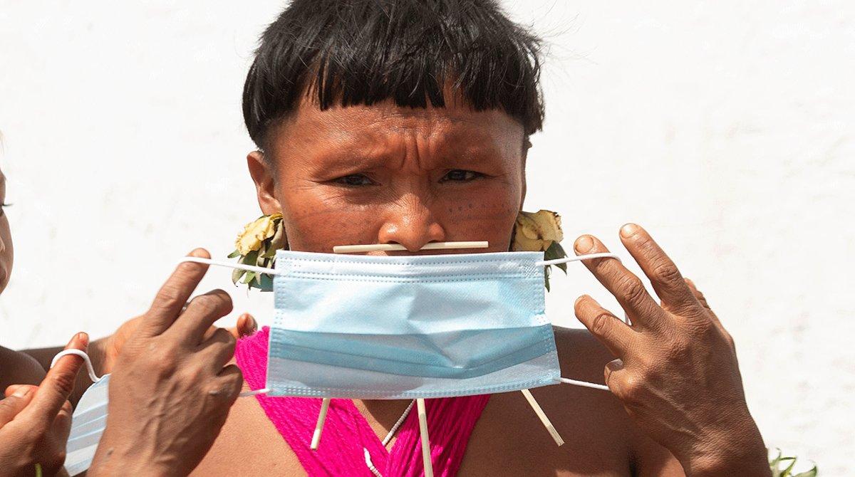 Una indígena yanomami se pone una mascarilla, el 30 de junio en Alto Alegre (Brasil).