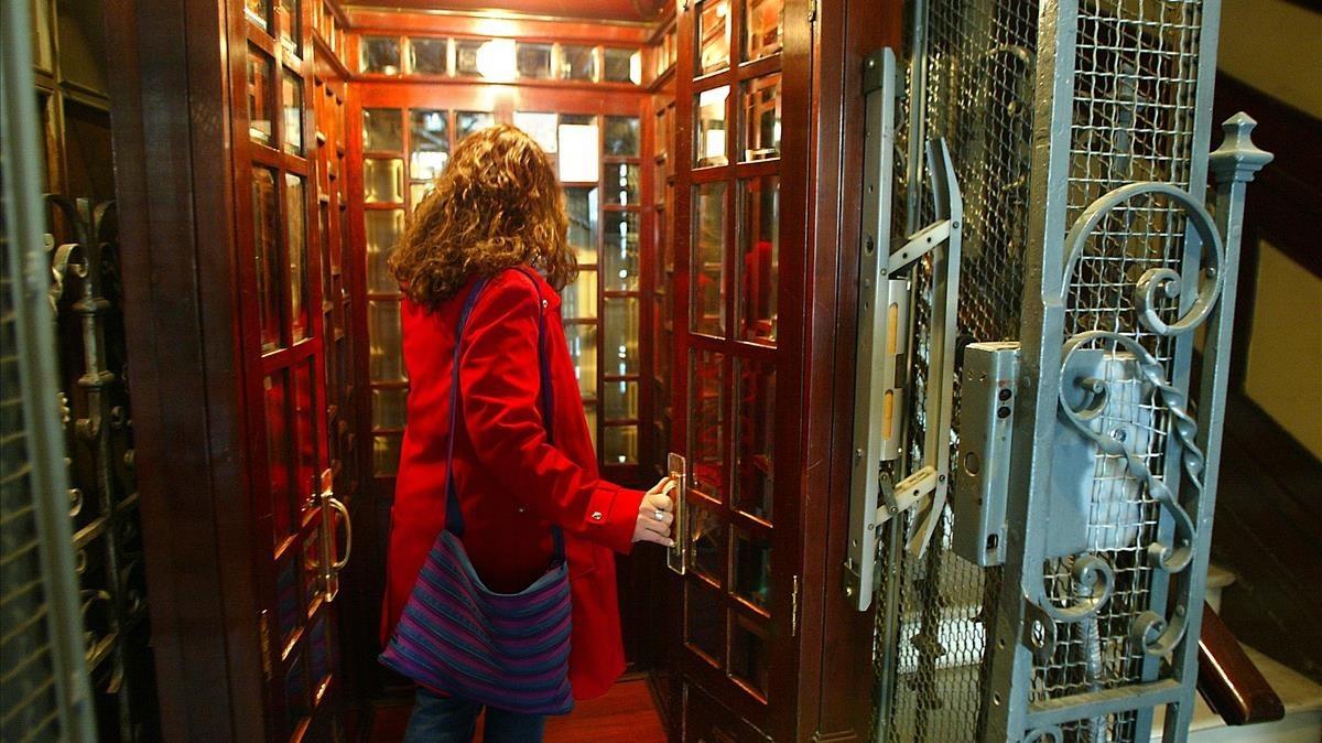 Una mujer entra en un ascensor.