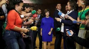 La vicepresidenta, Soraya Sáenz de Santamaría, este martes antes de atender a los medios de comunicación en un foro sobre el turismo.